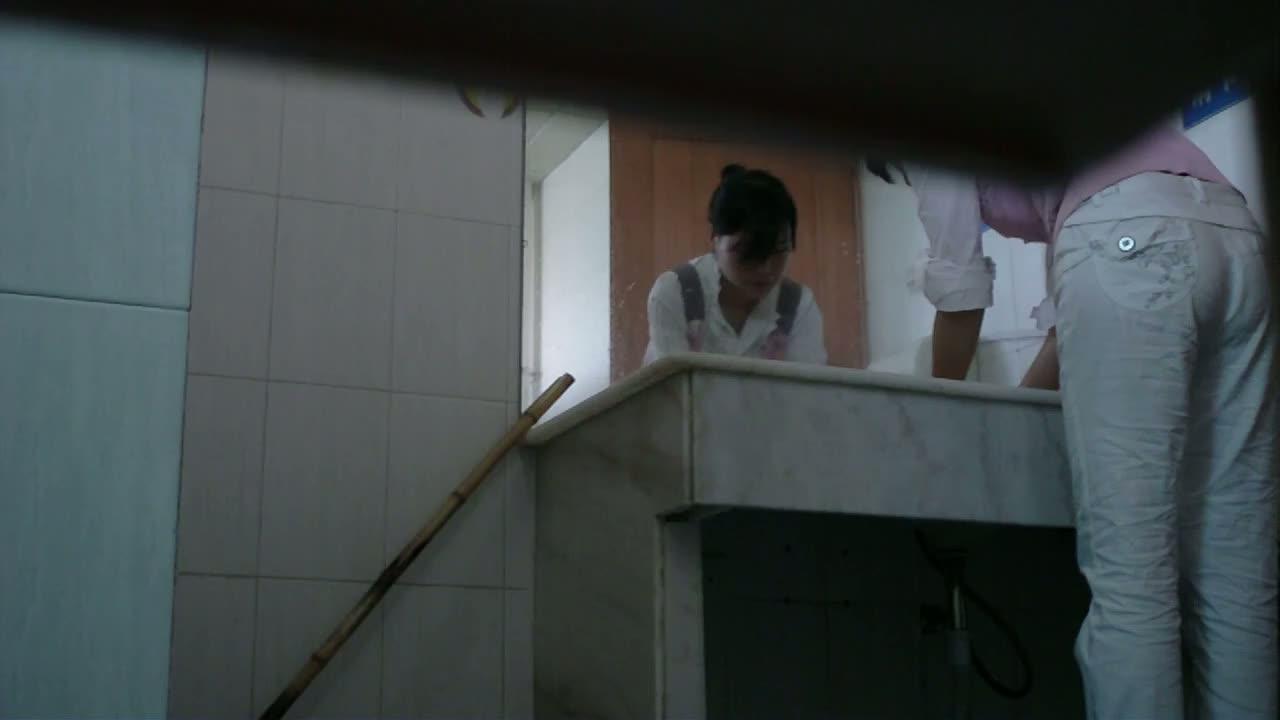азиатка в туалете по нужде-видео этой